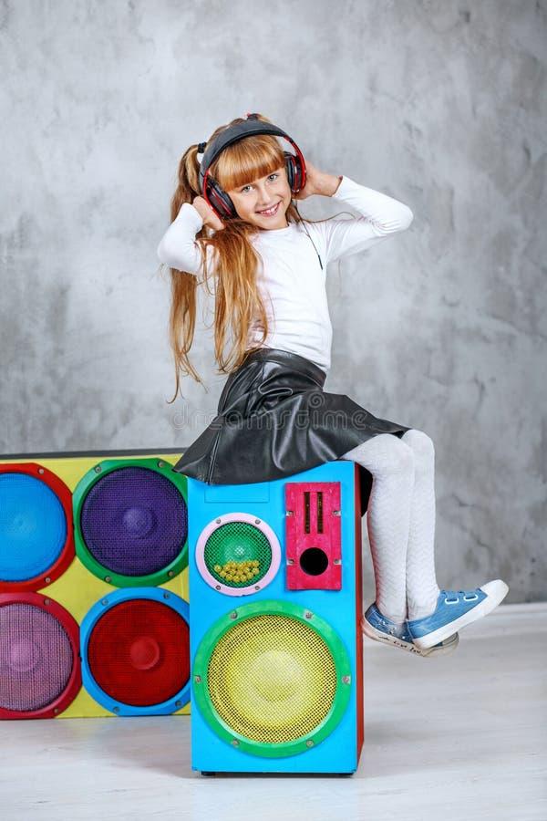 Download Een Kindmeisje Luistert Aan Een Lied In De Hoofdtelefoons Conceptenmuziek, Stock Afbeelding - Afbeelding bestaande uit huis, dochter: 107703913