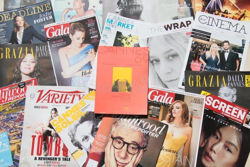 Een kiosk met vele dagelijkse kranten op de stoep van Boulevard DE La Croisette stock afbeeldingen