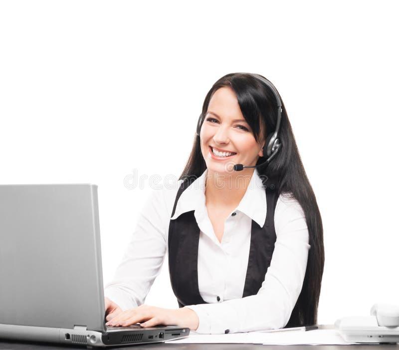 Een klantenondersteuningsexploitant die in een bureau aan wit werken stock foto's
