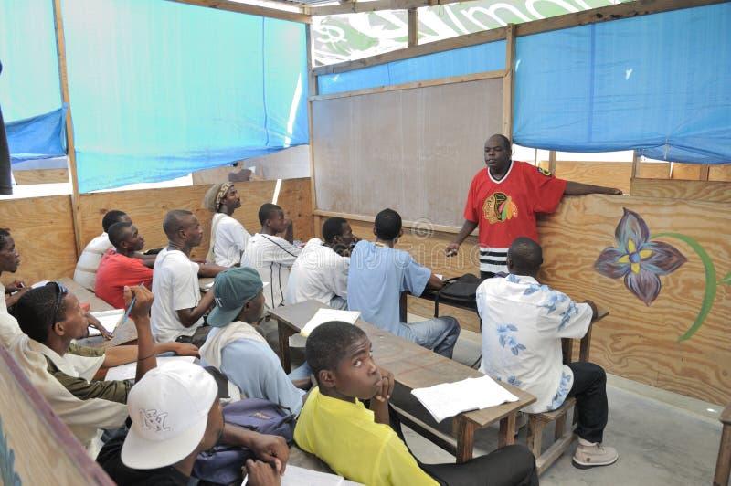 Een klaslokaal in Cite Soleil- Haïti. stock afbeeldingen