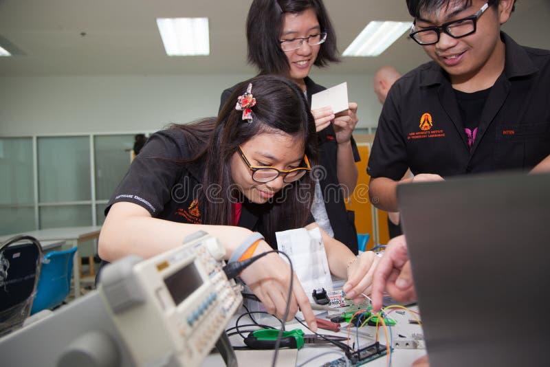 Een klasse van middelbare schoolstudenten bestudeert elektronika en robotica stock fotografie