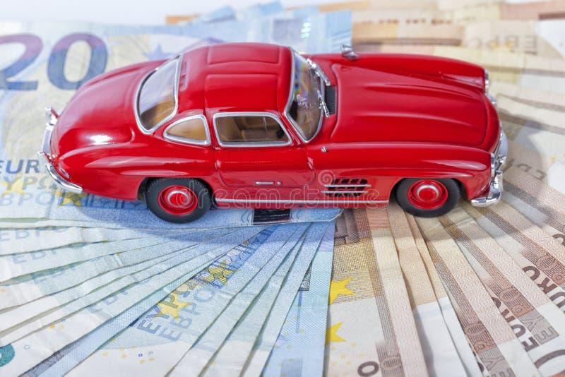 Een klassieke sportwagen van het jaar 1954 van rode kleur over euro bil royalty-vrije stock foto