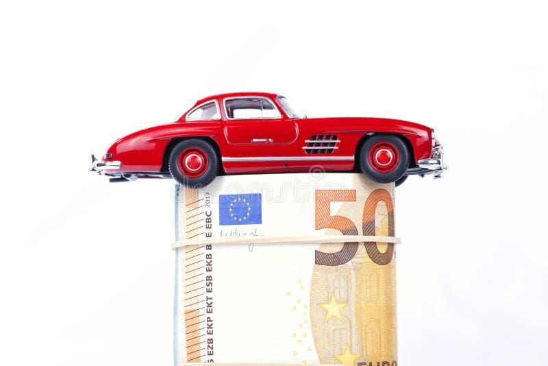 Een klassieke sportwagen van het jaar 1954 van rode kleur over euro bil royalty-vrije stock afbeeldingen