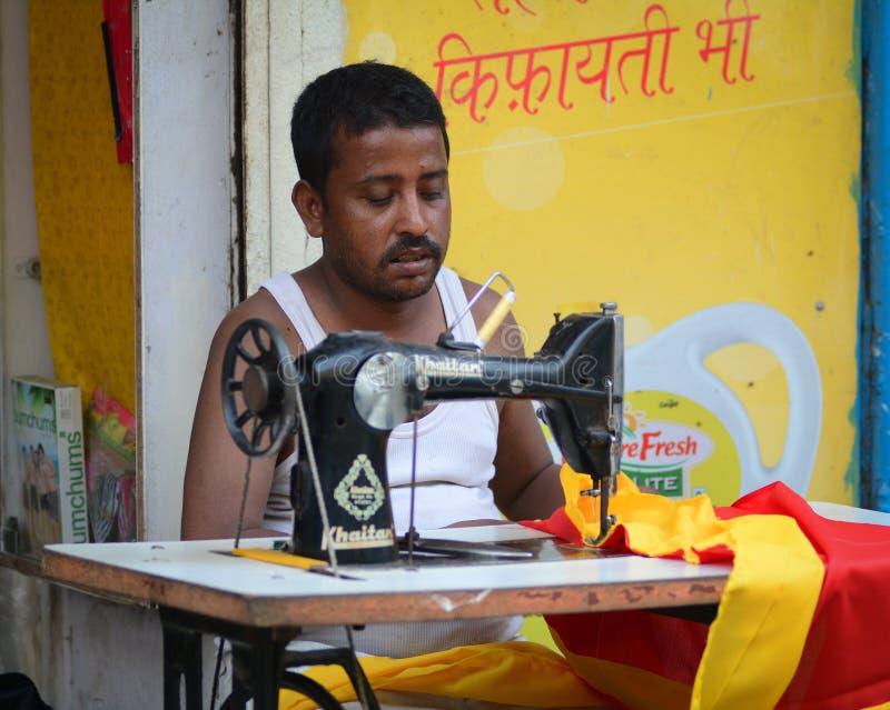 Een kleermaker die bij de markt in Bohdgaya, India werken royalty-vrije stock fotografie