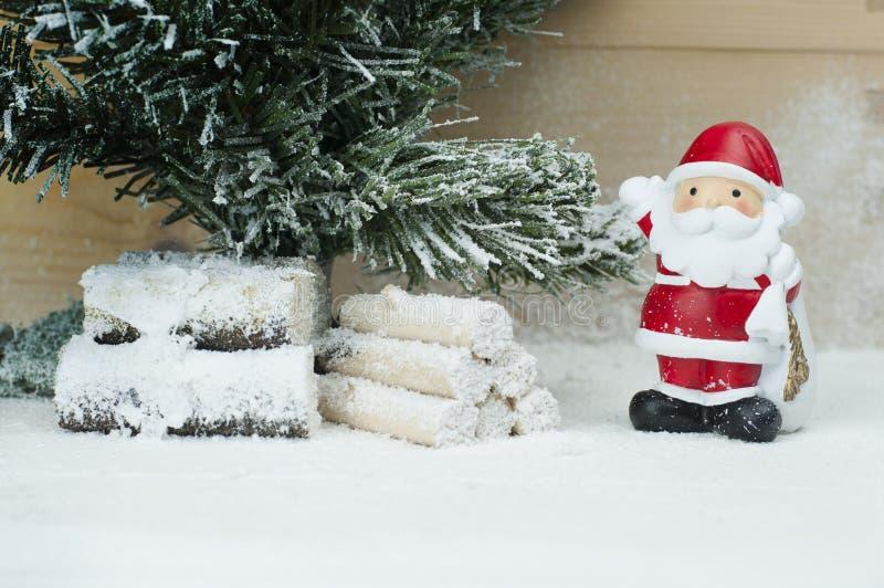 Een kleibeeldje van Santa Claus en Kerstboom royalty-vrije stock afbeeldingen