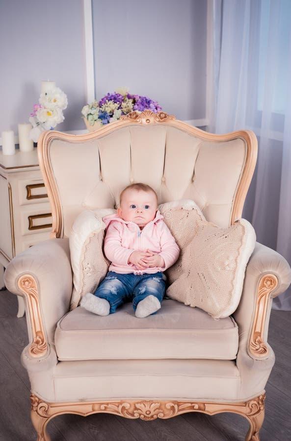 Een klein babymeisje wordt gefotografeerd in een mooie uitrusting 6 maanden royalty-vrije stock foto