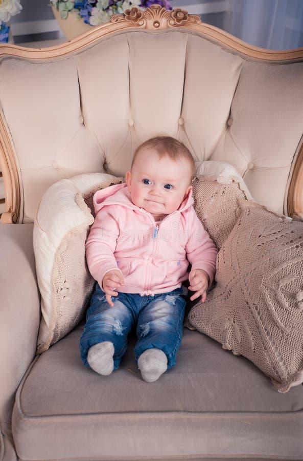 Een klein babymeisje wordt gefotografeerd in een mooie uitrusting 6 maanden stock afbeelding