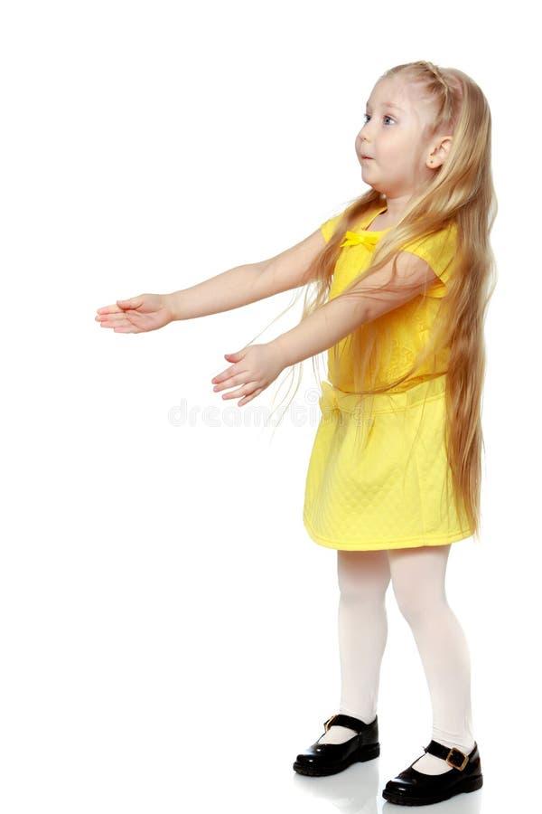Een klein blonde in een gele t-shirt stock foto's