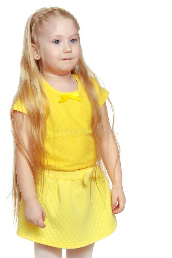 Een klein blonde in een gele t-shirt royalty-vrije stock foto