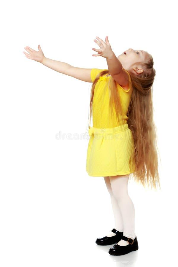 Een klein blonde in een gele t-shirt stock fotografie