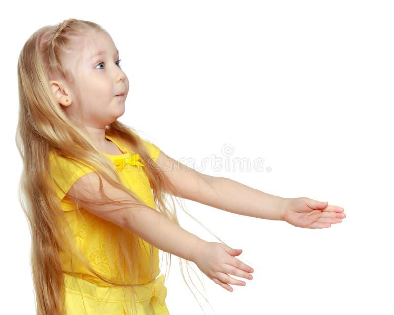 Een klein blonde in een gele t-shirt royalty-vrije stock afbeeldingen