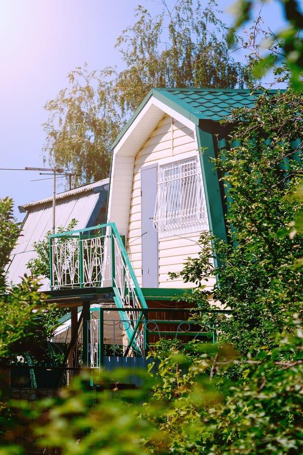 Een klein buitenhuis met een trap aan de zolder royalty-vrije stock foto