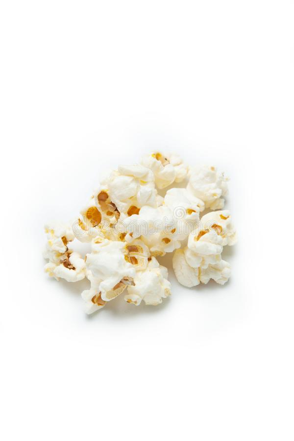 Een klein die handvol van popcorn op witte achtergrond wordt geïsoleerd stock foto's