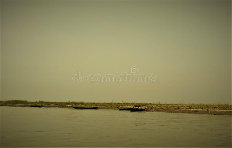 Een klein die schip op water door roeispanen wordt aangedreven royalty-vrije stock foto