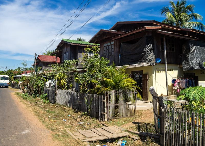 Een klein dorp op de manier van Wat Phou aan de Nakasong-eilanden in Laos royalty-vrije stock foto