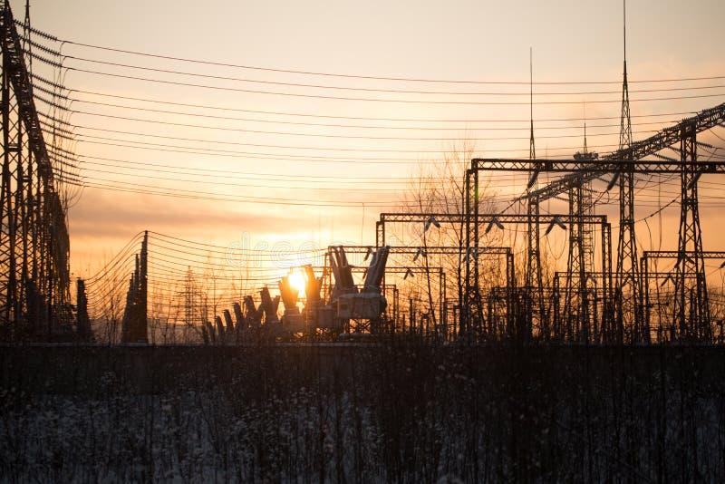 Een klein elektrohulpkantoor bij zonsondergang stock afbeeldingen