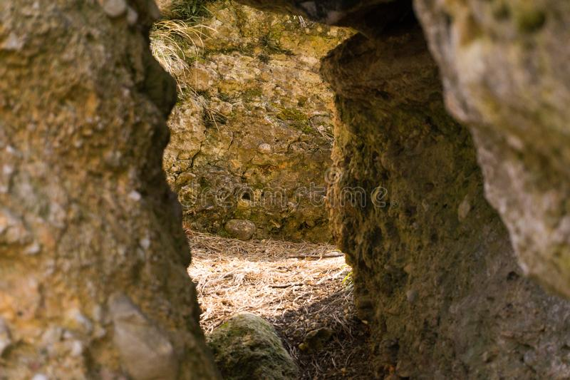 Een klein hol met zware stenen stock afbeelding
