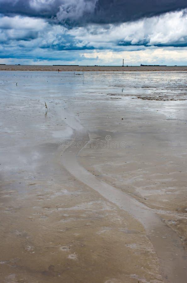 Een klein kanaal dat in het overzees bij Klappu in prakan Samut stroomt stock foto
