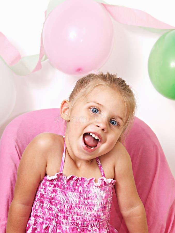Een klein meisje bij haar verjaardagspartij stock afbeelding