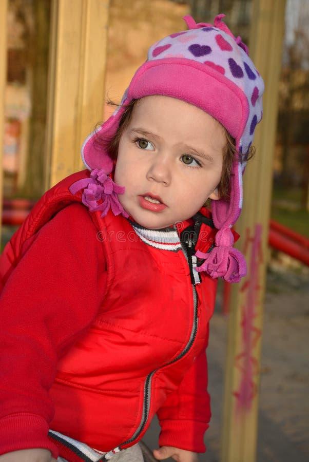 Download Een Klein Meisje Die Op De Speelplaats Spelen Stock Foto - Afbeelding bestaande uit spontaan, dochter: 39112544
