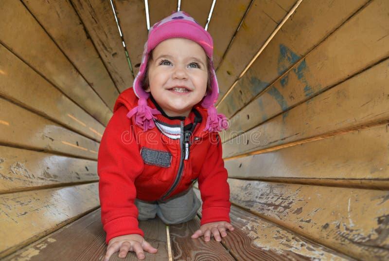 Download Een Klein Meisje Die Op De Speelplaats Spelen Stock Afbeelding - Afbeelding bestaande uit babys, kinderjaren: 39113559