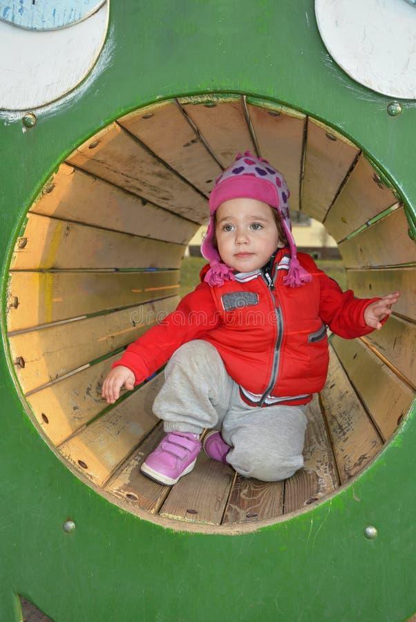 Download Een Klein Meisje Die Op De Speelplaats Spelen Stock Foto - Afbeelding bestaande uit nave, wijfje: 39113586