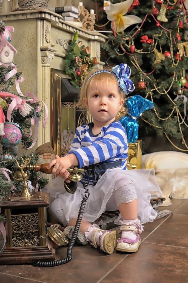 Een klein meisje die op Kerstmis wachten stock afbeeldingen
