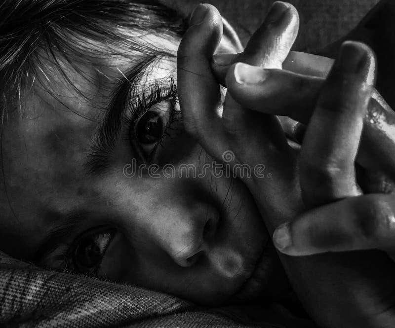 Een klein meisje die in schaduwen bepalen royalty-vrije stock foto