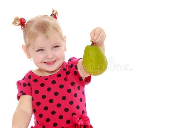 Een klein meisje laat een vinger zien Het begrip reclame voor goederen stock afbeeldingen