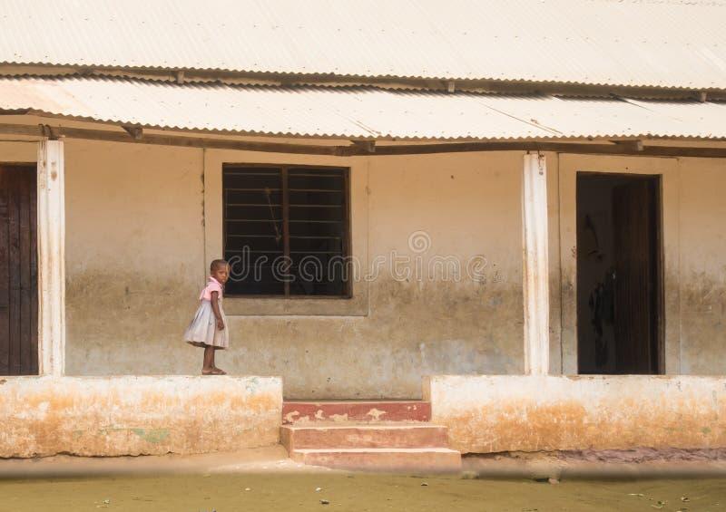 Een klein meisje loopt op muur van school in Kenia royalty-vrije stock afbeeldingen