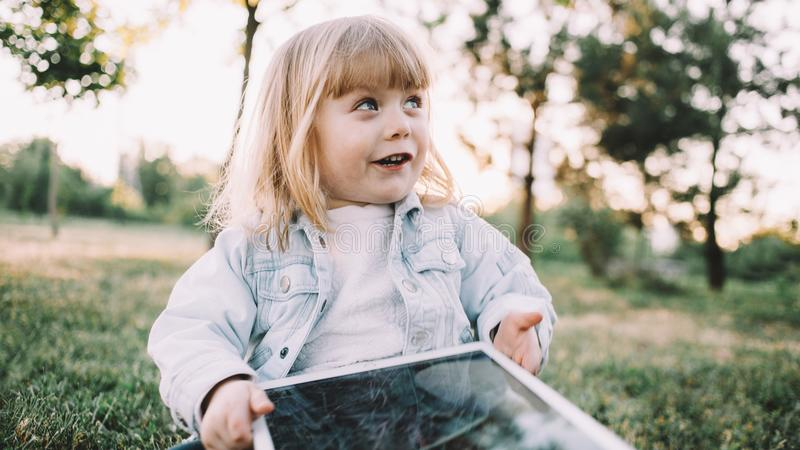 Een klein meisje op het gras stock afbeelding