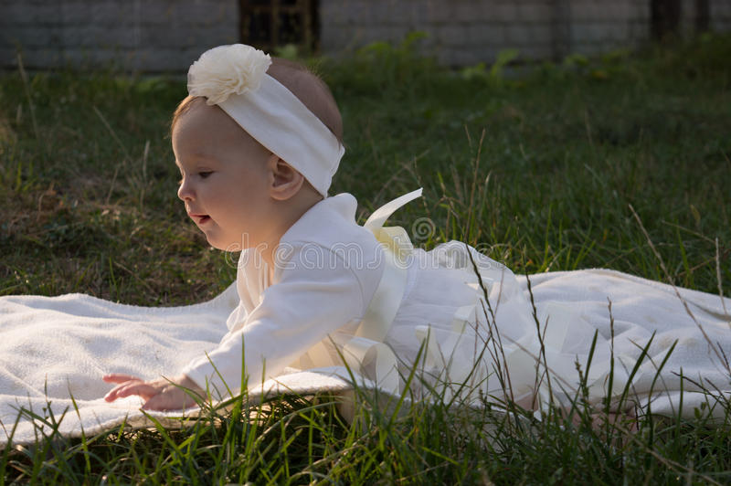 Een klein meisje op het gras stock fotografie