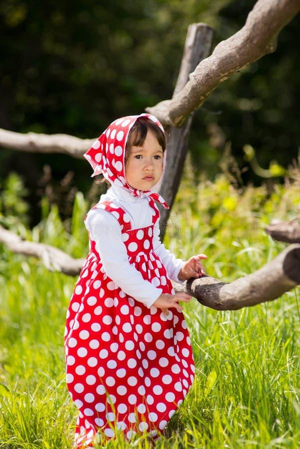 Een klein meisje in sarafan stock afbeelding