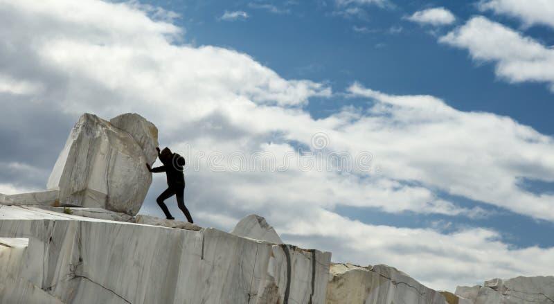 Een klein menselijk vrouwelijk cijfer die een grote marmeren steen duwen Sisyphusmetafoor Zwaar taken en problemenconcept royalty-vrije stock fotografie
