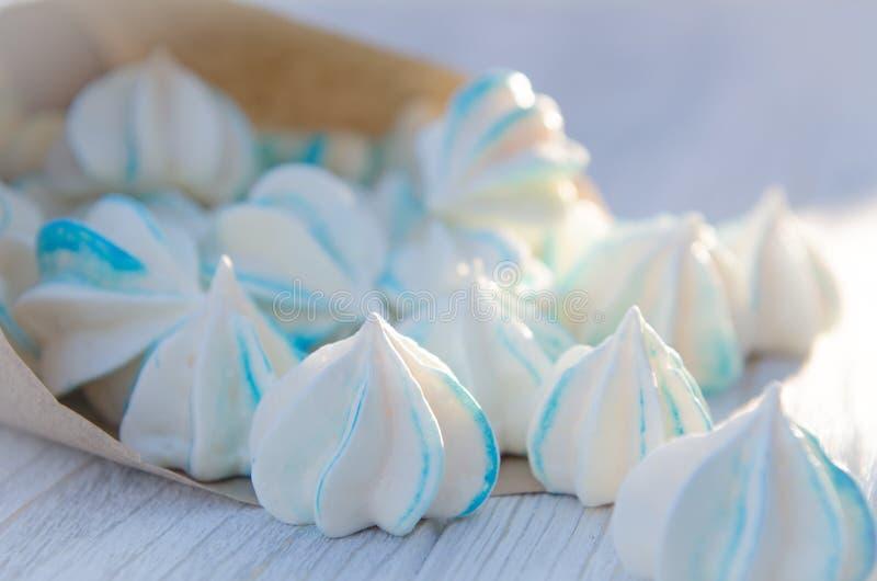 Een klein pakket van suikerkoekjes op een lijst stock afbeelding