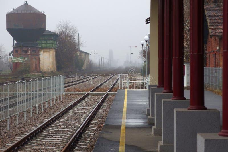 Een klein station op een mistige dag royalty-vrije stock foto's