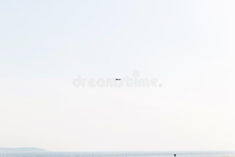 Een klein vliegtuig in de hemel Low-flying vliegtuigen over de kust stock fotografie