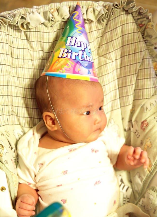 Een kleine baby op verjaardagspartij stock foto