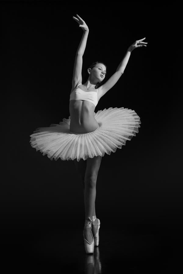 Een kleine ballerina zoals een zwaan stock fotografie