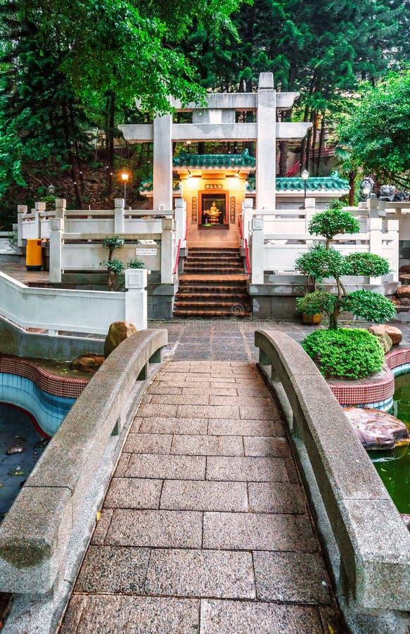 Een kleine Boeddhistische tempel met gemodelleerde tuin dichtbij 10000 Buddhas Klooster in Sha-Tin, Hong Kong Verticale mening me stock foto