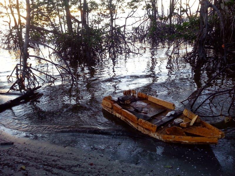 Een kleine boot legde op de kusten van mangroven vast in Tanjung Sepat royalty-vrije stock foto's