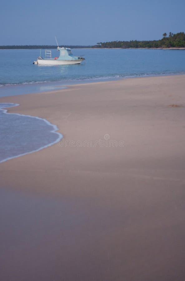 Een kleine boot op het overzees tijdens een zonsondergang royalty-vrije stock fotografie