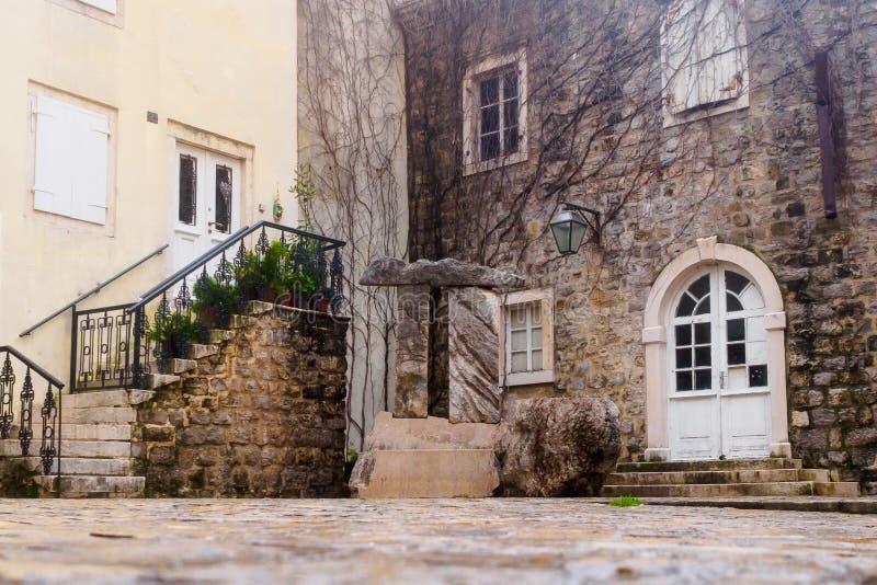 Een kleine comfortabele binnenplaats in de oude stad van Budva montenegro stock foto