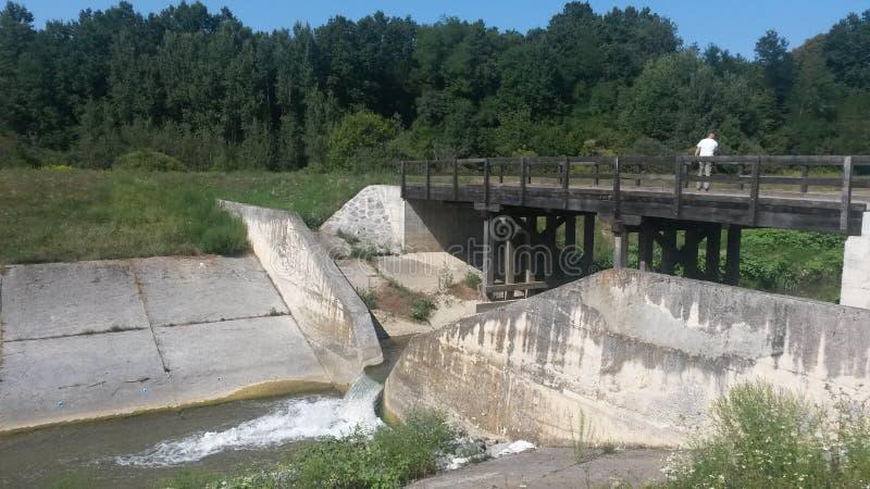 Een kleine dam en een brug te ver royalty-vrije stock foto