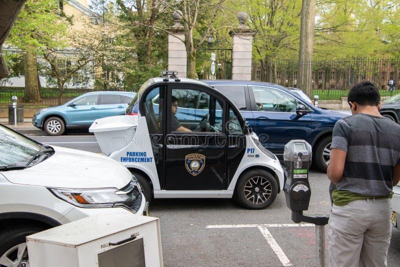Een kleine elektrische slimme autogem die door Poolsters wordt gemaakt is gezien wordt gebruikt als voertuig van de parkerenhandh stock afbeelding