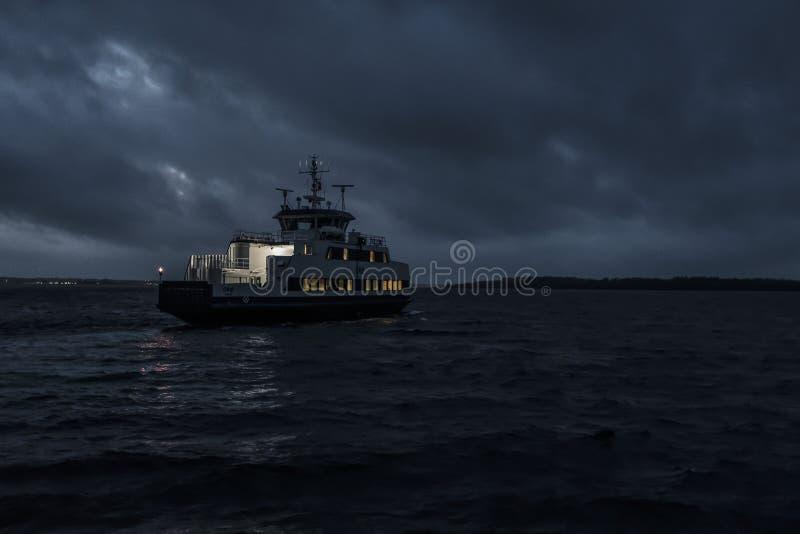 Een kleine het reizen boot die bij de nacht varen royalty-vrije stock afbeelding