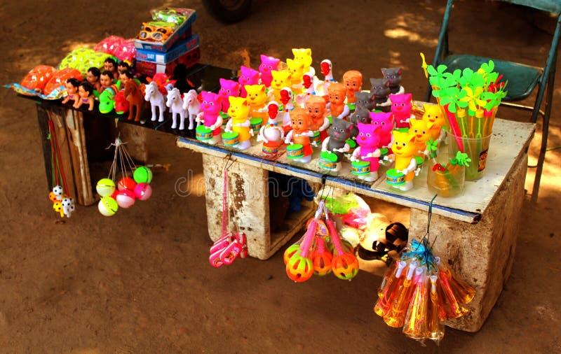 Een kleine het stuk speelgoed van straatkinderen winkel royalty-vrije stock afbeeldingen