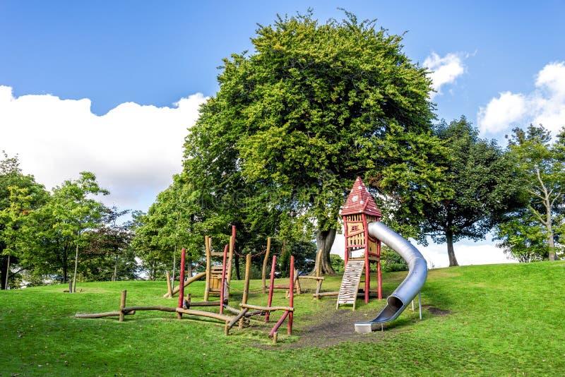Een kleine hinderniscursus en een lang magisch huis met een buis glijden Duthie-binnen Park, Aberdeen stock fotografie