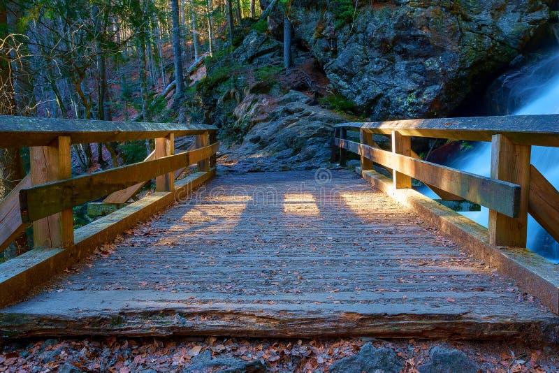 Een kleine, houten brug stock afbeeldingen