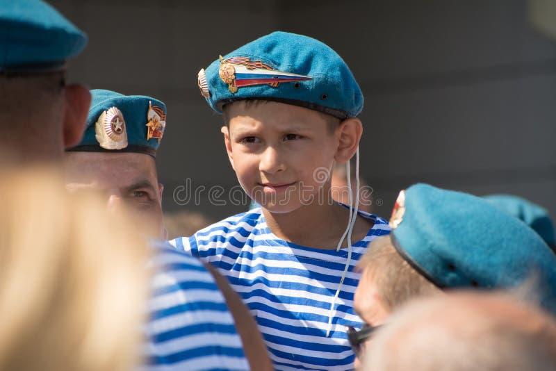 Een kleine jongen in de vorm van een Rus in de lucht royalty-vrije stock afbeelding